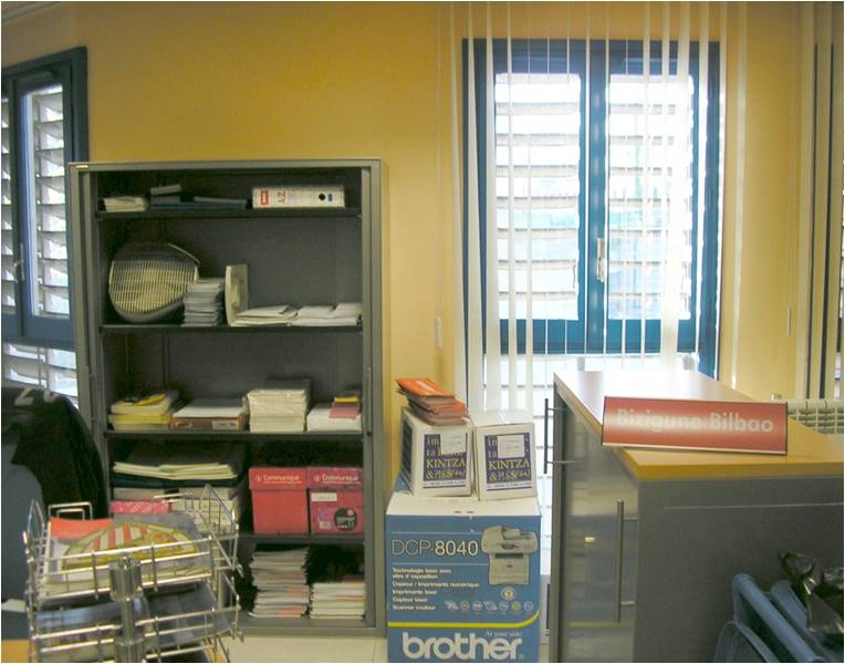Diverso material en la estanter a for Material de oficina bilbao