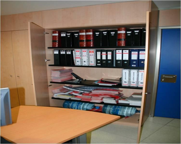 Material variado en el armario for Material de oficina bilbao